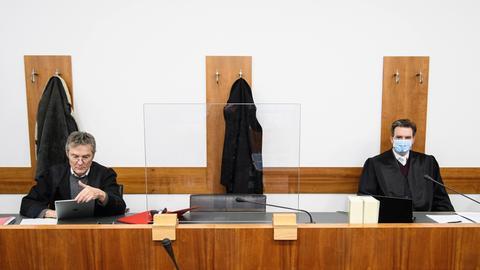 Die beiden Verteidiger der Angeklagten, Thomas Hammer (l) und Sven Schoeller, sind vor Prozessbeginn im Landgericht Kassel.