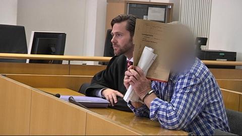 Angeklager mit Verteidiger vor dem Landgericht Hanau