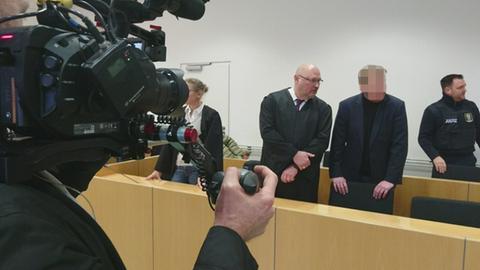 Urteilsverkündung vor dem Landgericht Hanau - Angeklagter mit seinen Anwälten