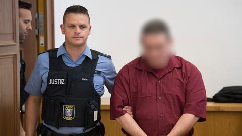 Prozessauftakt in Gießen, Mordprozess Johanna Bohnacker - der Angeklagte wird zur Anklagebank im Gerichtssaal geführt.