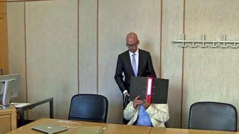 Der Angeklagte vor dem  Landgericht Frankfurt