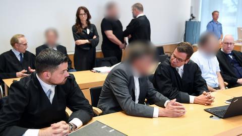 Prozessbeginn: Vier Angeklagte mit ihren Verteidigern im Landgericht Fulda
