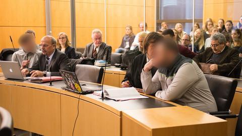 Zwei der Angeklagten und ihre Anwälte im Gerichtssaal