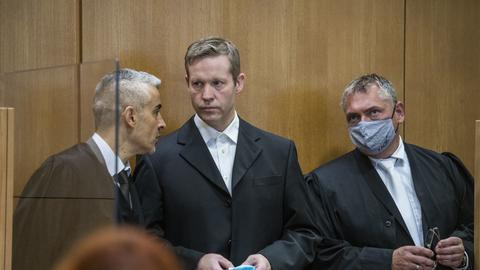 Der Hauptangeklagte Stephan Ernst (Mitte) mit seinen Anwälten