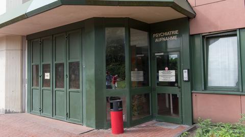 Der Eingang der psychiatrischen Klinik in Frankfurt-Höchst