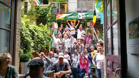 Jubelnde Deutschland-Fans auf der selbst gebauten Tribüne