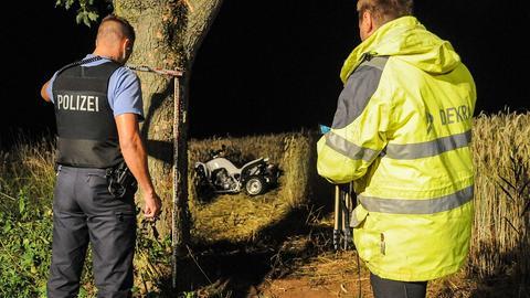 Ein Polizist und ein Sachverständiger begutachten die Unfallstelle bei Künzell
