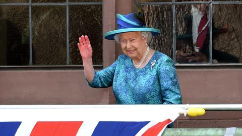 Queen winkt vom Römer-Balkon