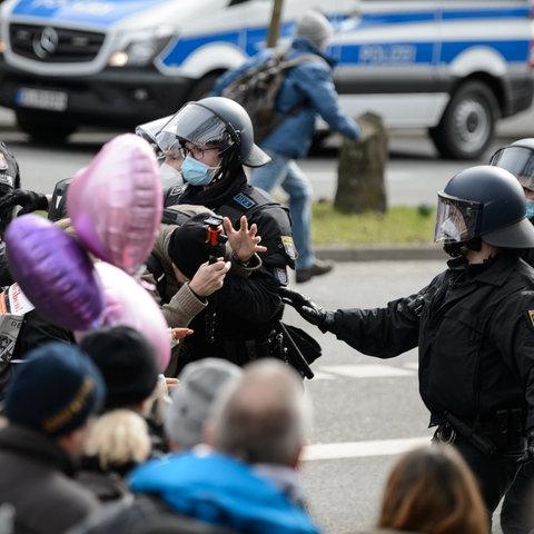 """Immer wieder kommt es zu Konfrontationen zwischen Polizei und """"Querdenkern"""""""