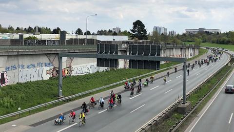 Fahrradfahrer sind auf der A661 unterwegs.