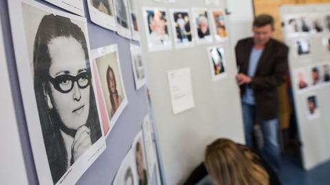 Fotos toter und vermisster Personen bei einer Pressekonferenz des LKA
