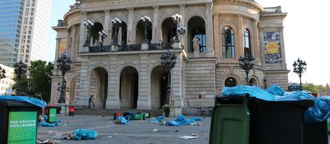 Mülltonnen stehen vor der Alten Oper.