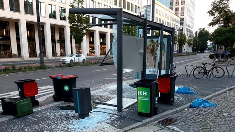 Beschädigte Bushaltestelle am Frankfurter Opernplatz nach nächtlicher Randale