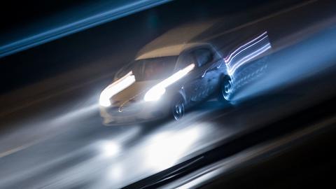Ein Fahrzeug rast nachts durch Frankfurt. (Archivbild)