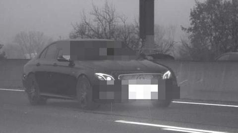 Foto eines Blitzers: Schwarzer Mercedes auf Autoban