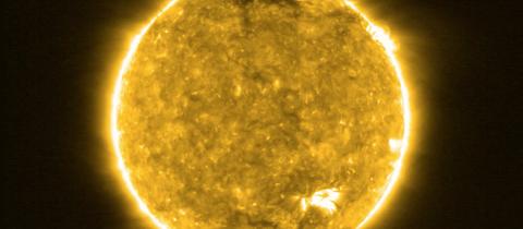 Eine Nahaufnahme der Sonne lässt ihre brodelnde Oberfläche erkennen.