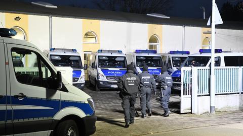 Polizisten bei Razzia