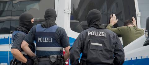 Polizisten durchsuchen auf dem Gelände des Frankfurter Flughafens am Mittwoch einen Mann.