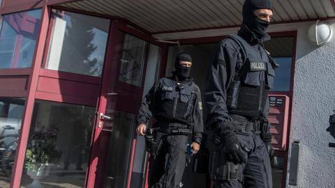 Polizisten im April 2018 bei der Bordellrazzia in Maintal (Main-Kinzig).