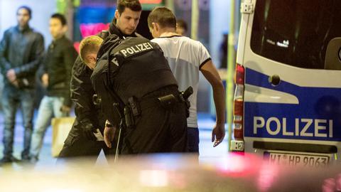 Polizisten bei einer Razzia im Frankfurter Bahnhofsviertel