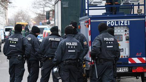 Polizisten stehen vor dem Gelände der Bilal Moschee in Frankfurt