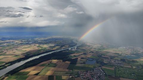 Regenbogen über dem Rhein bei Biblis.