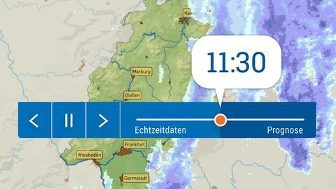 """In der Grafik wird groß der Steuerungsbalken des neuen Regenradars gezeigt. In der linken Häfte des Balkens steht der Begriff """"Echtzeitdaten"""" bis zum ausgewählten Zeitpunkt, der mit einer Art """"Knopf"""" bzw. Button dargestellt wird. Rechts davon steht das Wort """"Prognose"""" für die voraussichtlichen Regenwahrscheinlichkeiten. Im Hintergrund ist ein Bild der Hessenkarte mit Regenwolken, wie sie auf dem Radar dargestellt werden, zu sehen."""