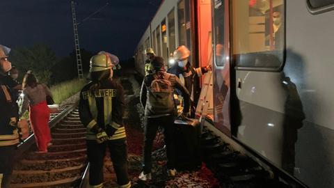 Die Feuerwehr brachte die Fahrgäste aus dem Zug.