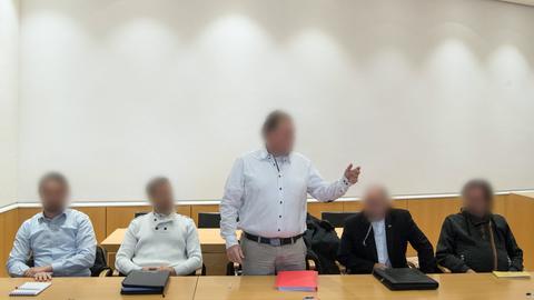 Mehrere Männer beim Reichsbürger-Prozess im Gerichtssaal