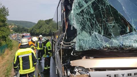 Der Reisebus nach dem Zusammenstoß mit einem Lkw.
