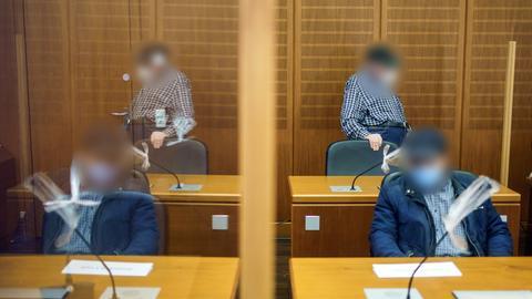 Vater (hinten) und Sohn (vorne) nehmen Platz zu Beginn des dritten Prozesses im vergangenen April um den Mord an einem Ehepaar auf einem Reiterhof in Maintal-Dörnigheim.