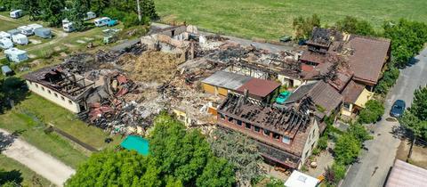 Ein Luftaufnahme vom Ponyhof in Rüdesheim zeigt das Ausmaß des Brandes.