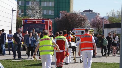 Notarzt, Rettungsdienst und Feuerwehr vor der Schule
