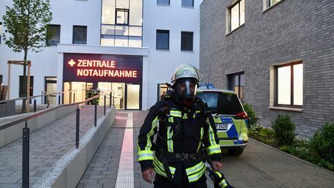 Ein Feuerwehrmann vor der Fuldaer Notaufnahme