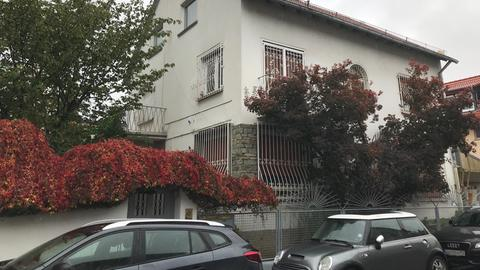 Die Täter lauerten den Opfern im Flur des Hauses in Frankfurt-Griesheim auf.