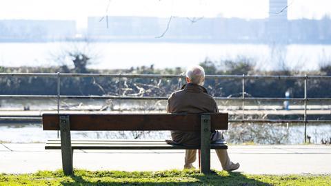 Alter Mann auf Parkbank
