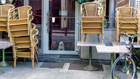 Leere Stühle vor Restaurant