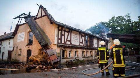 Das Dach des historischen Rettershofs brannte komplett ab.