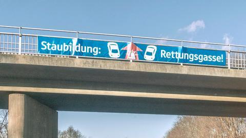 Rettungsgassenbanner an Autobahnbrücke