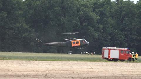 Ein Rettungshubschrauber der Bundeswehr landet an der Unfallstelle bei Lampertheim