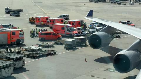 Rettungswagen auf dem Vorfeld des Frankfurter Flughafens