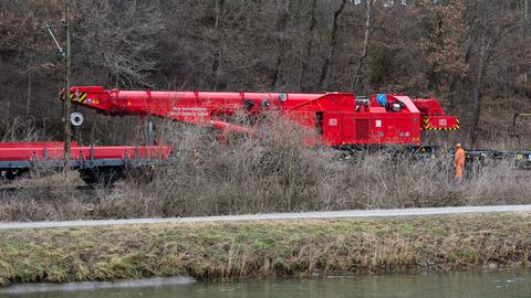 Spezialkran aus Fulda im Einsatz am Unglücksort bei Bad Aibling