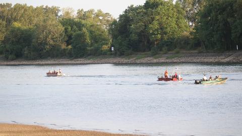 Boote suchen den Rhein bei Biebesheim ab