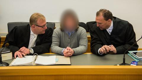 Die Angeklagte mit ihren Anwälten vor dem Gießener Landgericht
