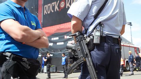 """Polizisten vor dem Eingang zu """"Rock am Ring"""""""