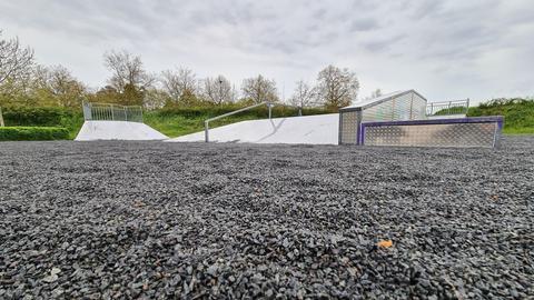 Der Skatepark ist mit kleinen Steinchen übersät.
