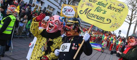 Clown und Feuerwehrmann feiern 500 Jahre Fastnachtstradition in Fulda.