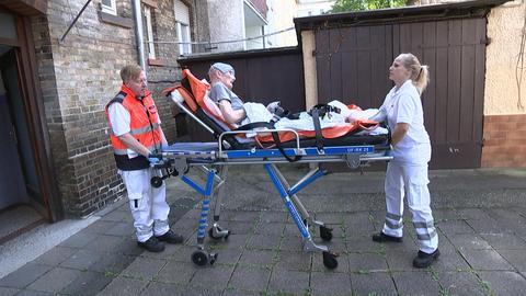 Oli Rüger und Melanie Müller beim Rettungseinsatz.