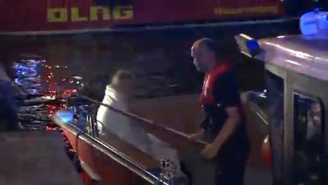 Ein Rettungsboot birgt einen Ruderer