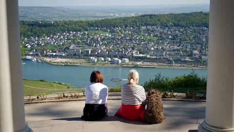 Zwei Frauen blicken auf den Rhein bei Rüdesheim.